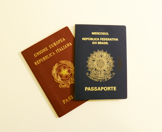 Passaportes italiano (vermelho) e brasileiro (azul)