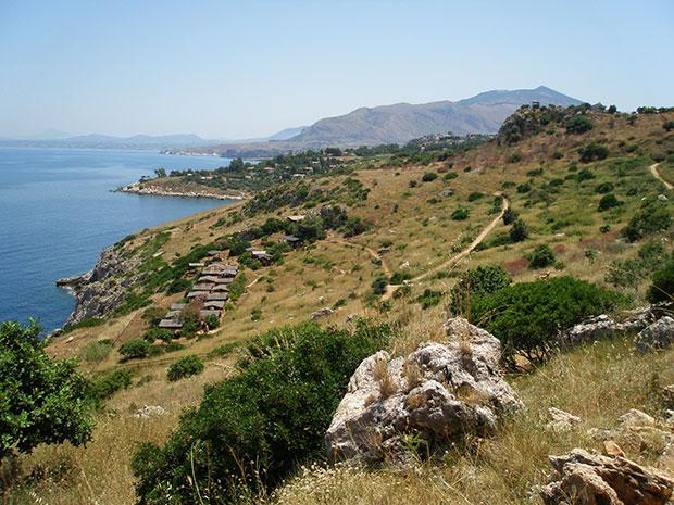 A trilha para chegar até as praias