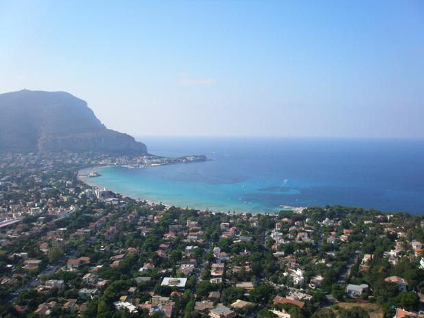 A praia de Mondello vista do alto do monte Pellegrino