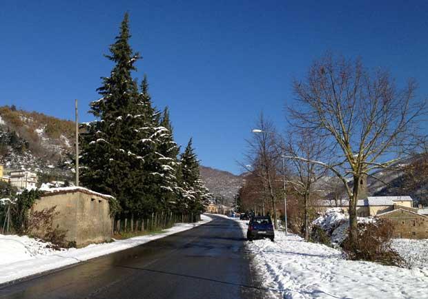 Quando neva, eles limpam as ruas com sal e um carro especial que remove a neve do caminho