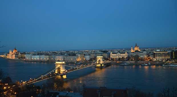 Vista panorâmica de Budapeste (à dir. o Intercontinental)
