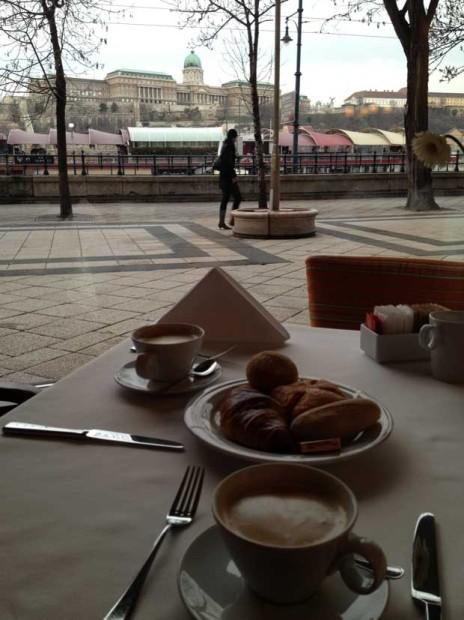 Café da manhã com vista para o rio Danúbio e Buda