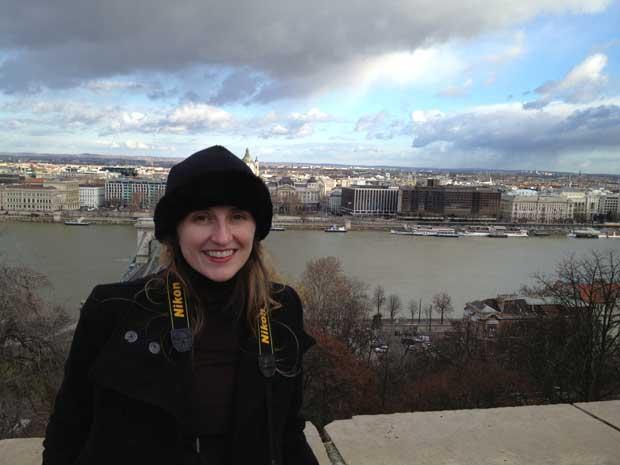 Tirando foto em Buda com vista para Peste e o nosso hotel à direito