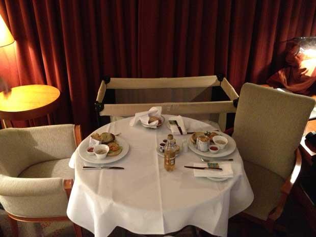 A última noite: jantar no quarto