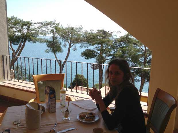 Tomando café da manhã no hotel