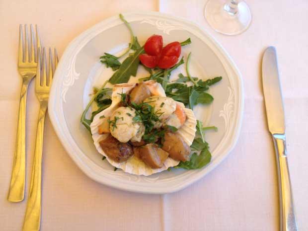 O prato de entrada: capensante e funghi