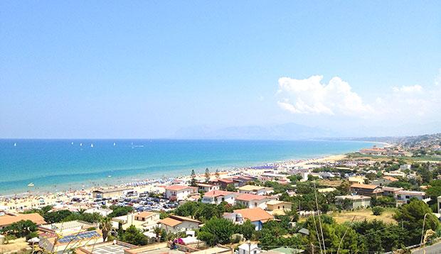 Vista para a praia Plaja em Castellammare del Golfo, Sicília