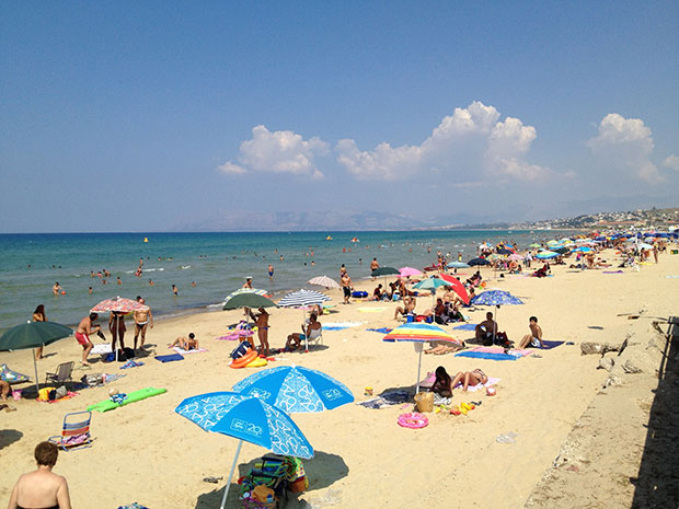 a praia com areia fina, poucos quilômetros de distância do castelo