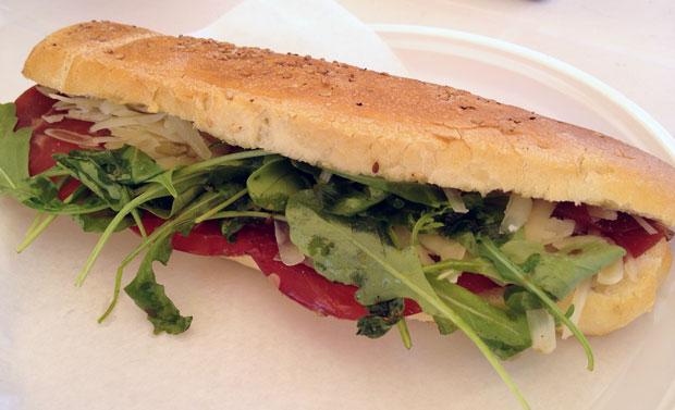 Sanduíche de bresaola, rúcula e queijo parmesão: para digerir