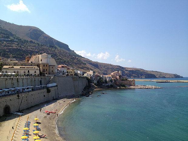Praia com vista para o castelo em Castellammare del Golfo, Sicília