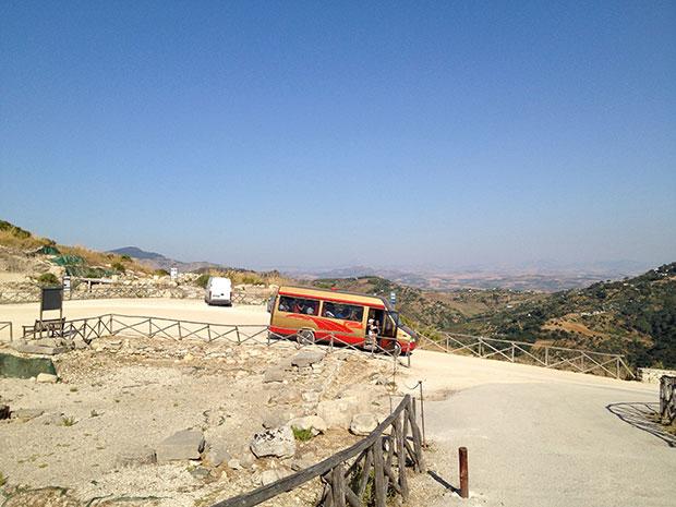 O ônibus que leva da bilheteria até o Teatro, em Segesta