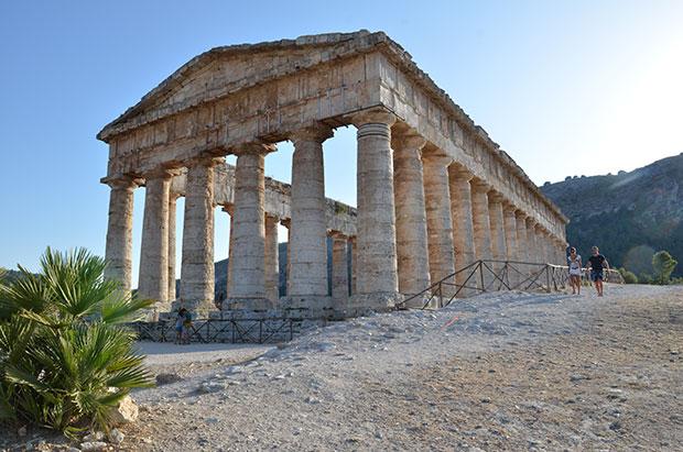 Um final de tarde de verão no templo de Segesta, Sicília, Itália