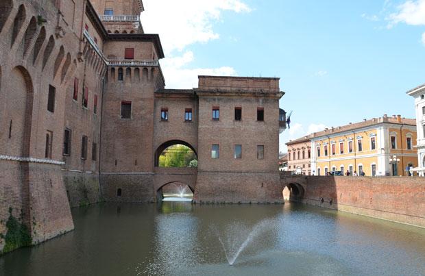 O castelo de Ferrara: rodeado por água e com ponte levadiça!