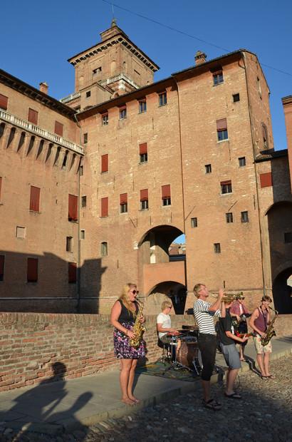 Músicos se apresentam com o castelo no fundo
