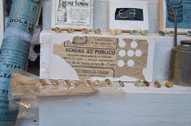 Detalhe para o recorte de um antigo jornal brasileiro lá no mercado do Ferrara Buskers Festival