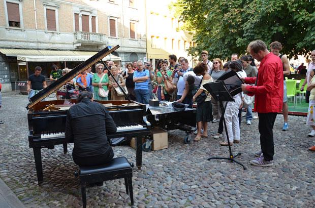 """O pianista Paolo Zanarella, conhecido como o """"pianista fora do lugar"""""""