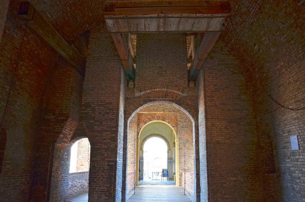 Uma das portas de entrada do castelo, que vai até o pátio