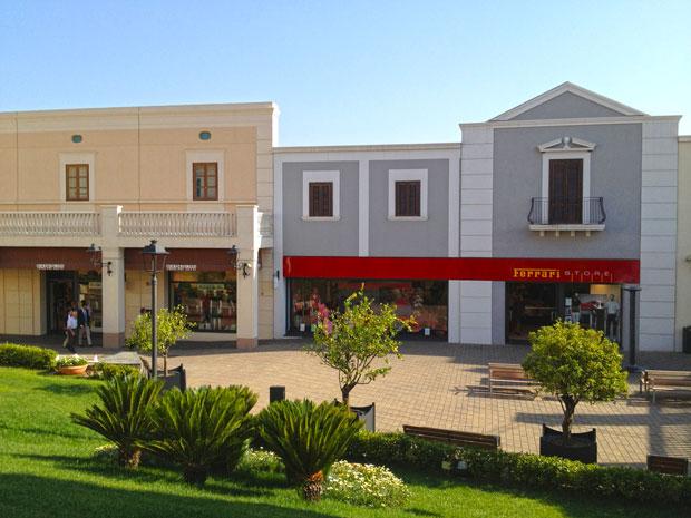 Fachada da loja da Ferrari no Sicilia Outlet Village