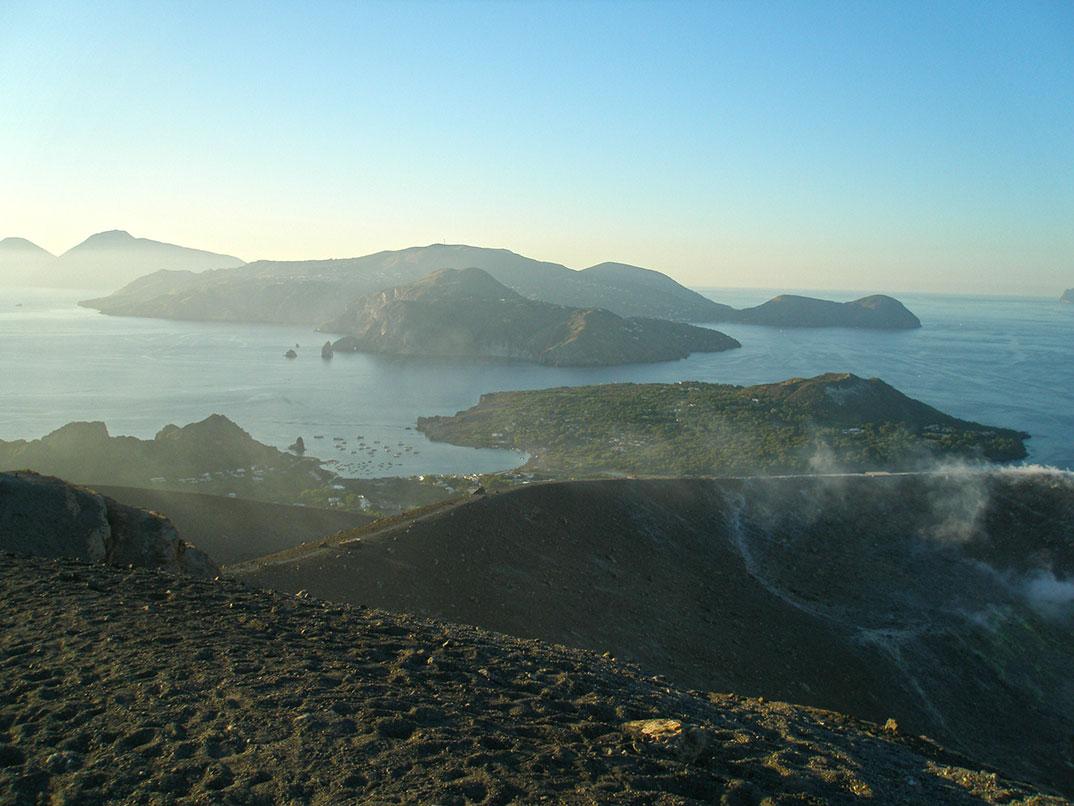 Vista panorâmica do alto do vulcão de Vulcano