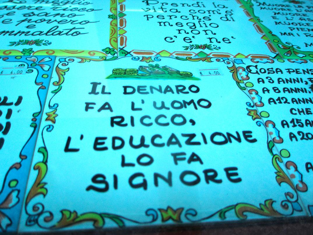 as cerâmicas com mensagem típicas da Sicília