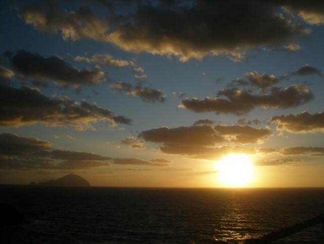 """O pôr do sol em Salina, visto da mesma praia onde morava o """"poeta"""""""