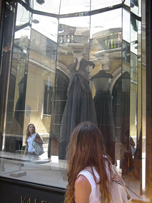 Uma das minhas passagens pelo Quadrilátero da Moda: conferindo o modelito Valentino