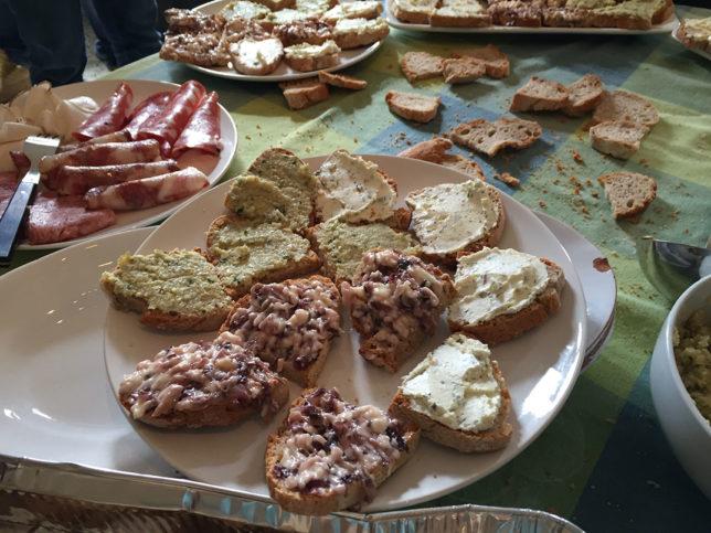 A entrada do nosso almoço na Azienda Agricola Monna Giovannella: crostini vegetarianos