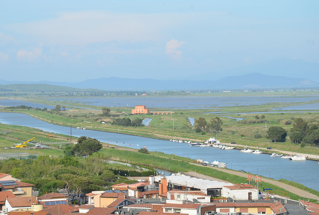 A vista do burgo de Castiglione della Pescaia: no centro está a Casa Rossa Ximenes