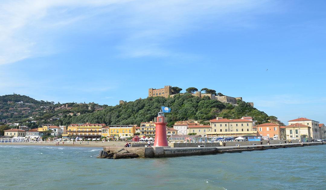 Um banho de mar com vista para um castelo de verdade em Castiglione della Pescaia