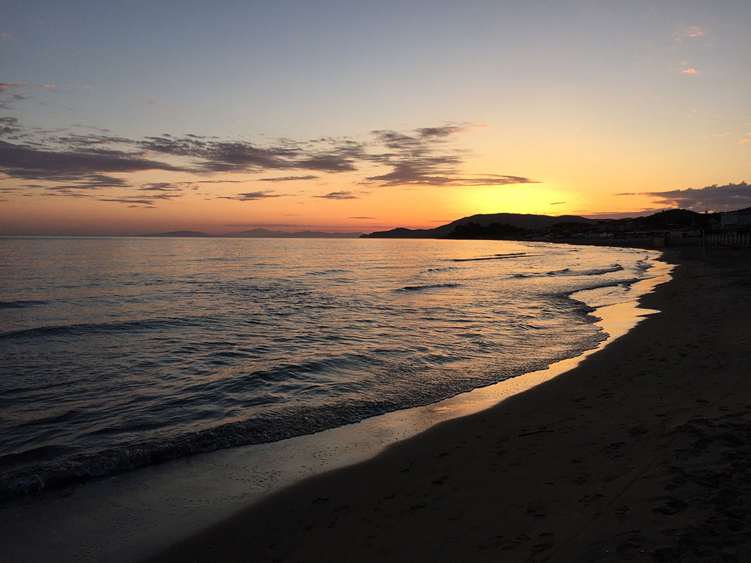 Que tal assistir o pôr do sol na praia?  Esse espetáculo foi em Castiglione della Pescaia, na Toscana
