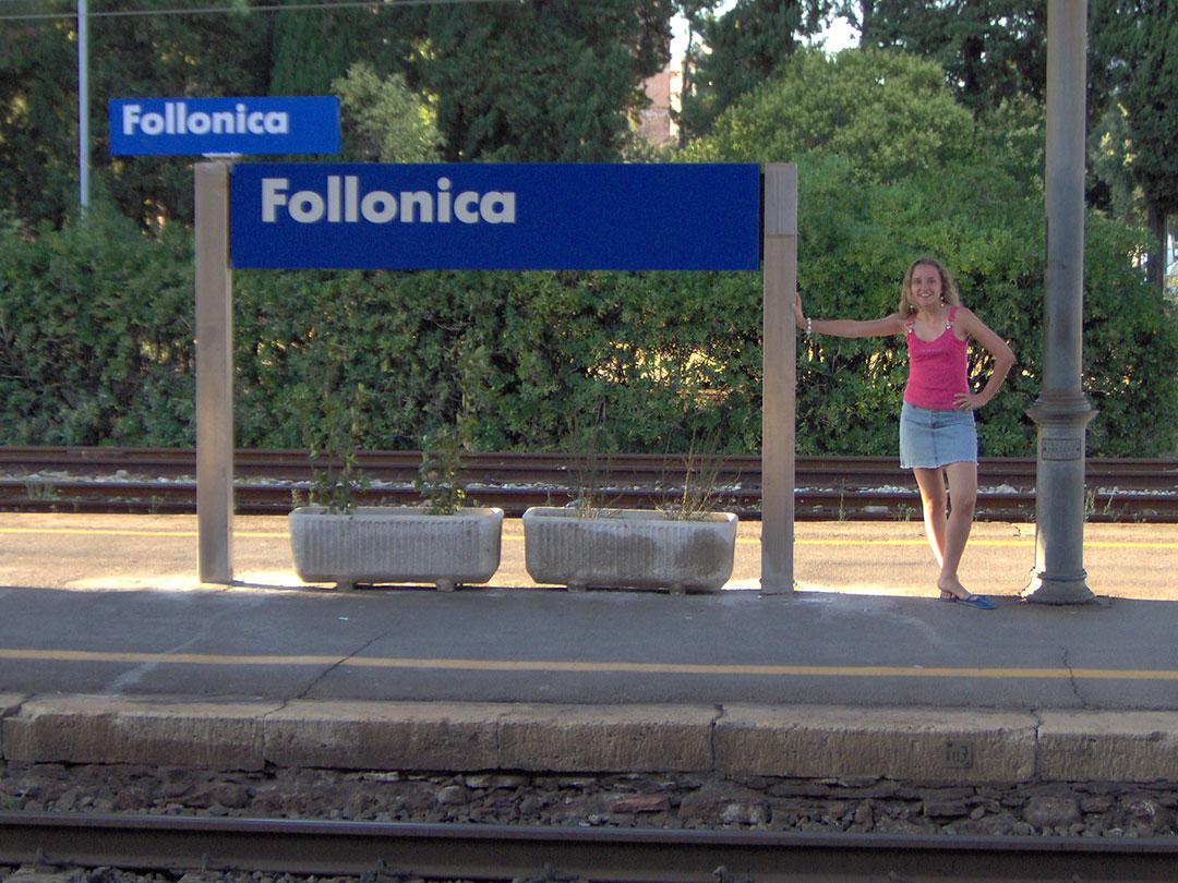 Essa aí sou eu na estação de trem de Follonica em 2005: a primeira vez que estive na cidade