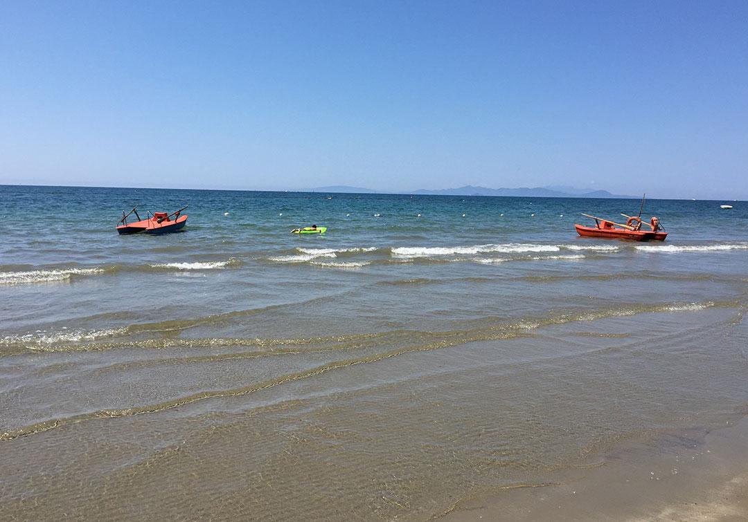 O mar cristalino de Follonica com vista para as ilhas de Cerboli e Elba ali no fundo