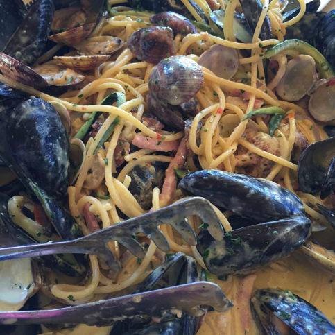 """A """"carbonara di mare"""" preparada pelo chef Massimo Bucci: só fui lembrar de tirar a foto na metade do prato..."""