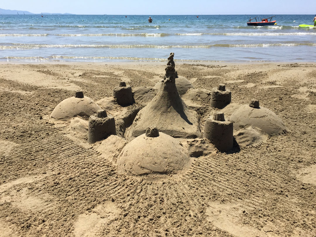 Olha um dos nossos castelos de areia: em Follonica / Pratoranieri a areia é bem macia, ideal para brincar