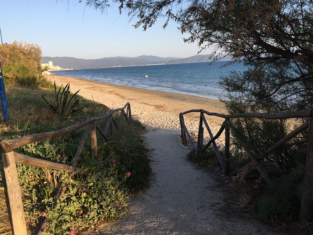 """Uma das entradas da """"spiaggia libera"""" em Pratoranieri, uma praia de Follonica"""