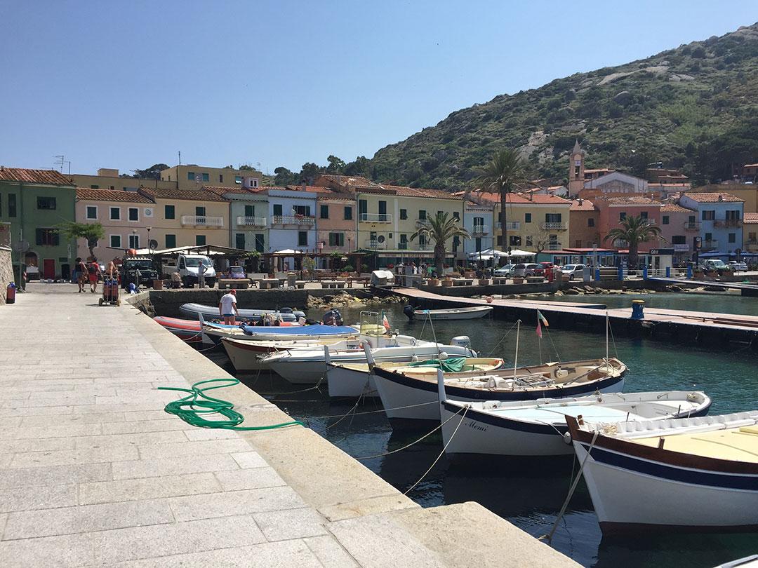 O porto da Ilha do Giglio, na Toscana