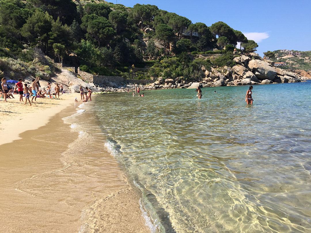 Água do mar limpa e cristalina: em junho a água já não é mais tão gelada e a praia ainda não fica tão lotada como em julho e agosto