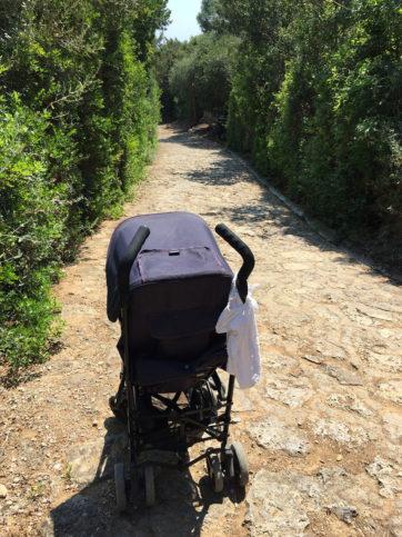 empurrando carrinho de bebê em Giannutri: uma aventura!