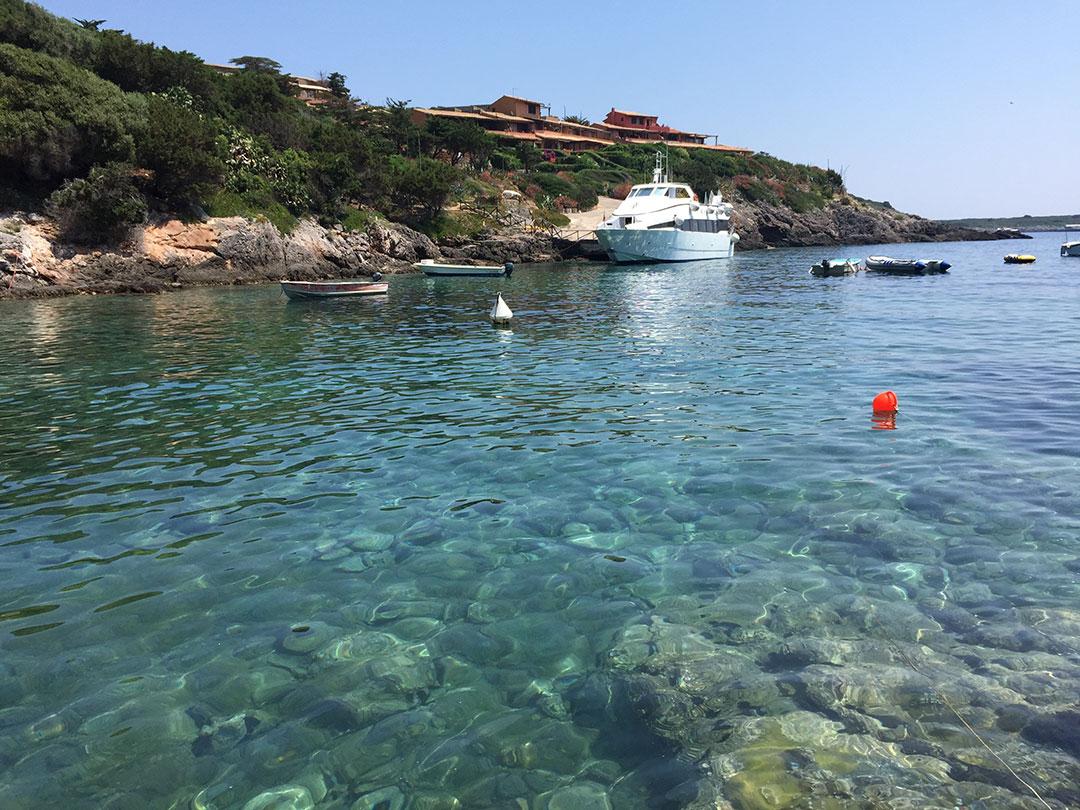 água cristalina na ilha de Giannutri