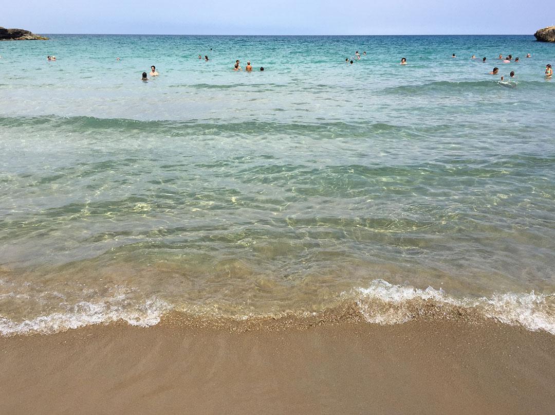 Praia de areia e água cristalina na Riserva di Vendicari
