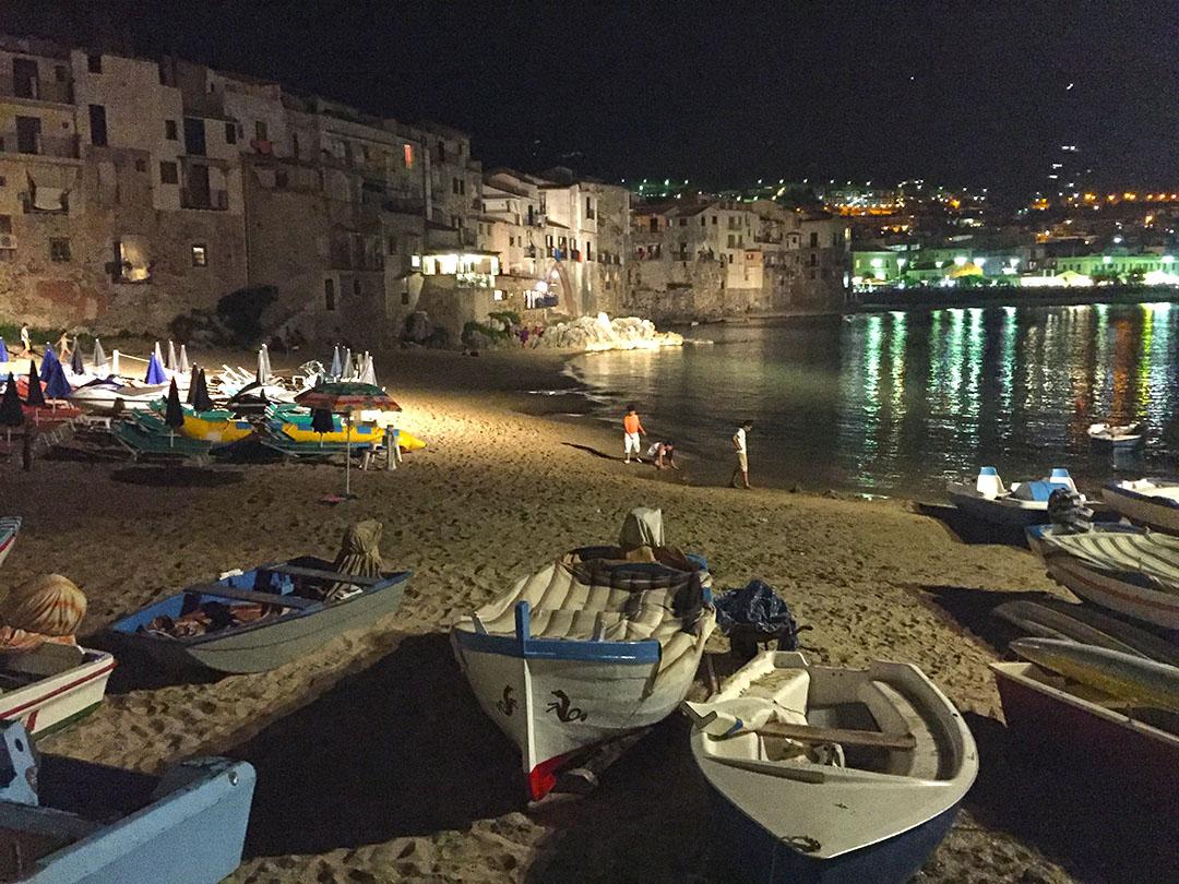 Uma pequena praia no centro de Cefalù: só não curti um banho de mar à noite porque estava com as crianças!