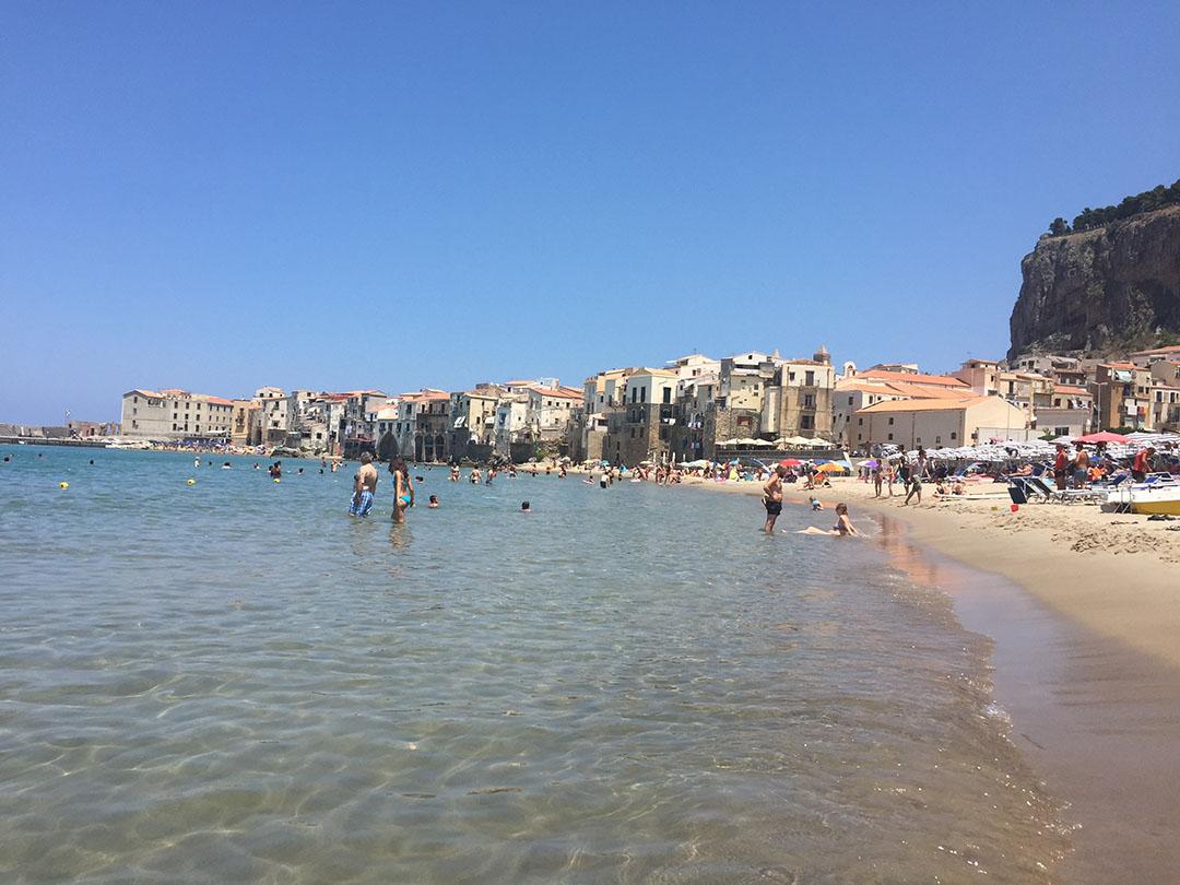 A praia de Cefalù em um final de semana de verão italiano (2015)