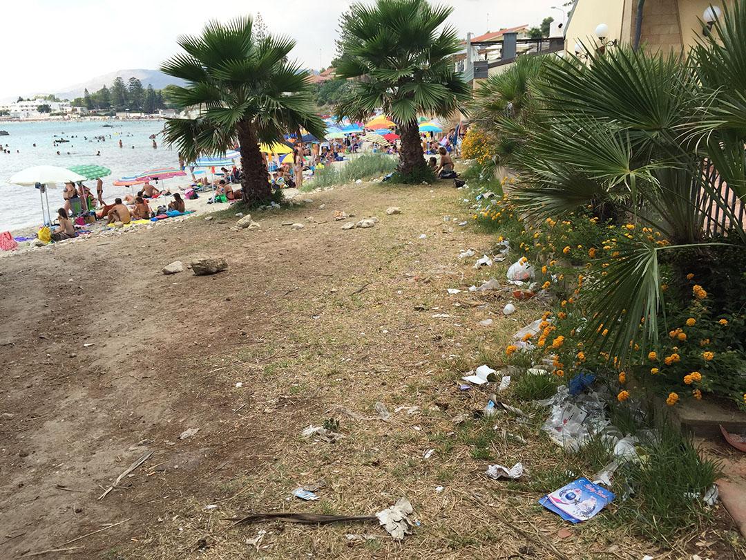 Chegando na praia de Fontane Bianche: muito lixo no meio do caminho...