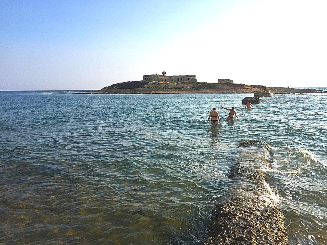 Dá para chegar na Isola delle Correnti nadando. Vai encarar?