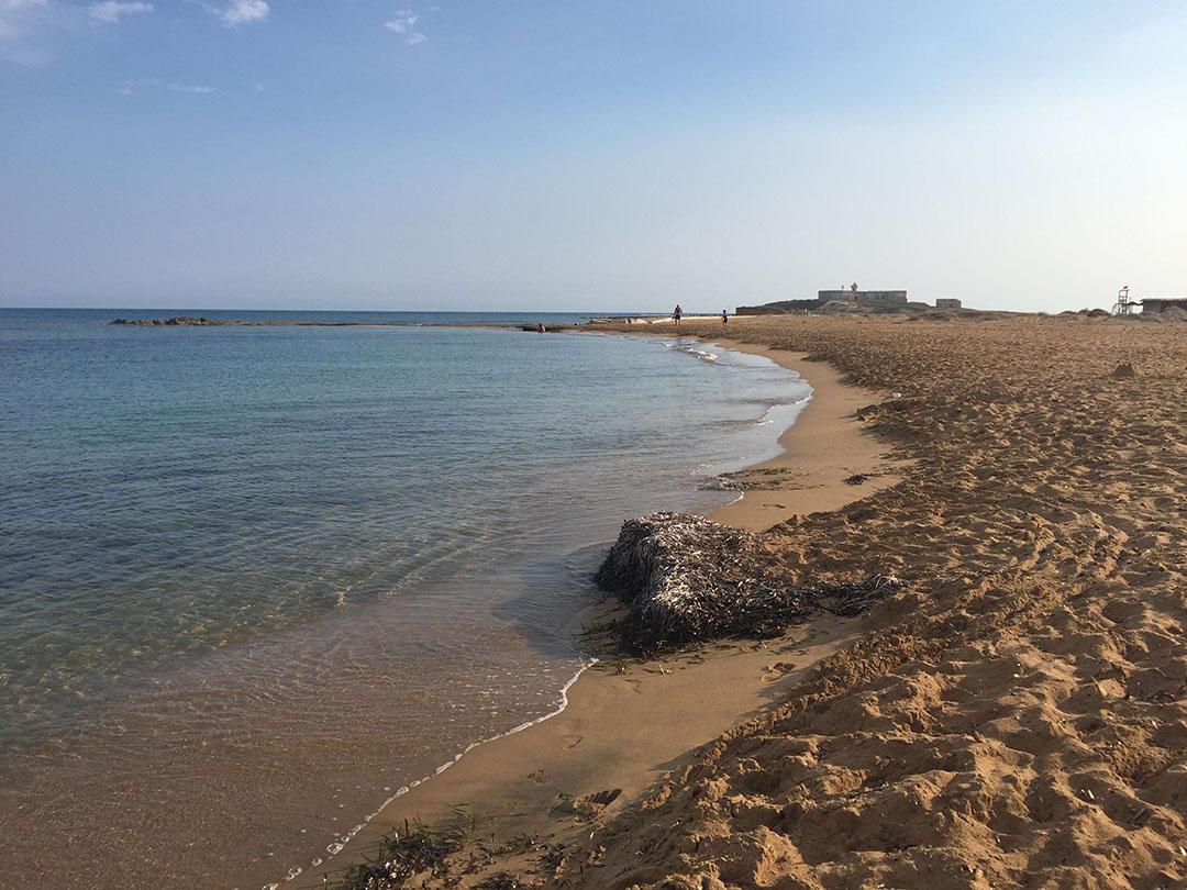 A praia do lado do mar Jônico