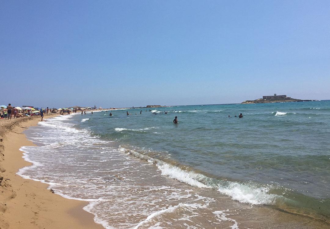 A praia do lado do Mar Mediterrâneo