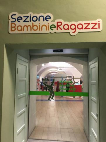 Espaço de leitura e atividades infantis na Biblioteca delle Oblate em Florença