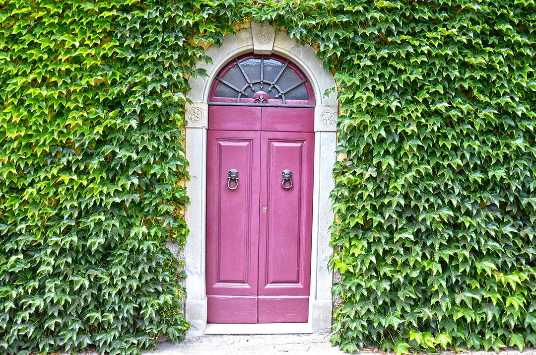 Detalhe da porta de uma casa de Sant'Agata, cidadezinha no Mugello (Toscana)